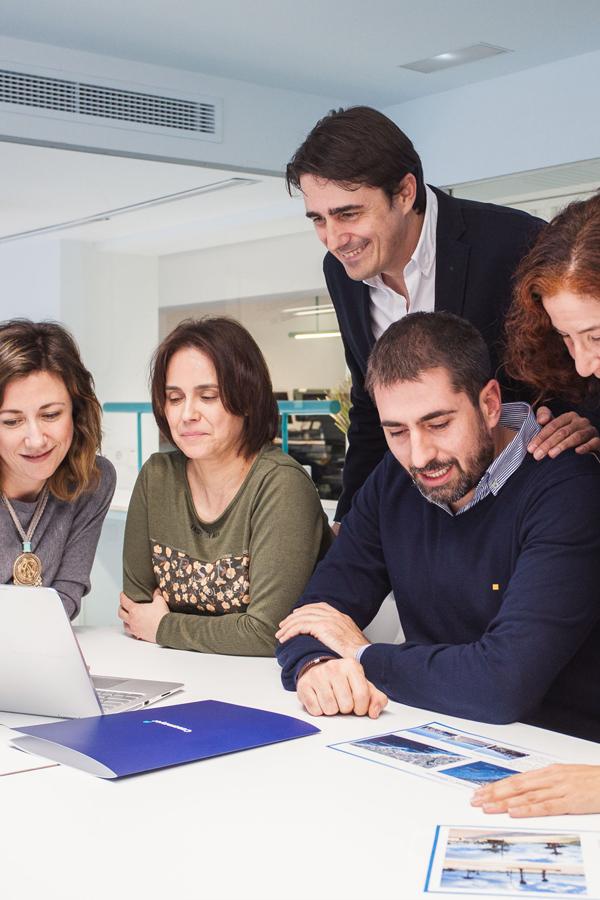 Equipo de inmobiliaria casamayor compartiendo datos en un ordenador
